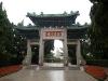 Qingdao, Shandong, China. Entrada a un parque que termina con la playa al fondo.