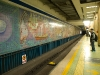 Beijing, China. El metro en Beijing con mosaicos artisticos en sus paredes.