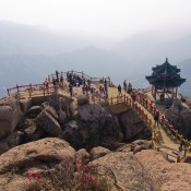 Peak of Laoshan or Lao Mountain in Shandong, China. Pagoda en la cima de la Montaña Laoshan.