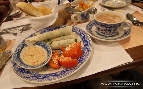 Tacos de jícama rellenos de espinaca, champiñón y salsa tampico acompañados con un chocolate caliente en Sanborns