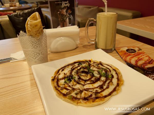 I don't remember the name of this dish, but it was bread with cheese, chicken, spices and BBQ sauce. Al Wakra, Qatar | No recuerdo el nombre de este pero era pan con queso, pollo, especias y una salsa BBQ. Al Wakra, Catar.