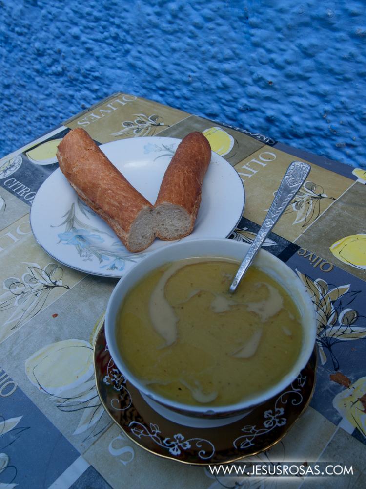 De desayuno probé la bessara que es como una sopa o puré de habas y/o chícharos (guisantes o arvejas) con condimentos y aceite de oliva o argán.  Se acompaña con pan. También una grata experiencia.