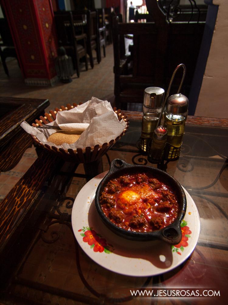 También en el mismo restaurante probé el kefta marroquí con huevo. El kefta son albóndigas (bolas de carne) con trozos de cebolla y condimentos. En este caso se acompañan con un huevo y una salsa o puré a base de tomate. Nada mal.