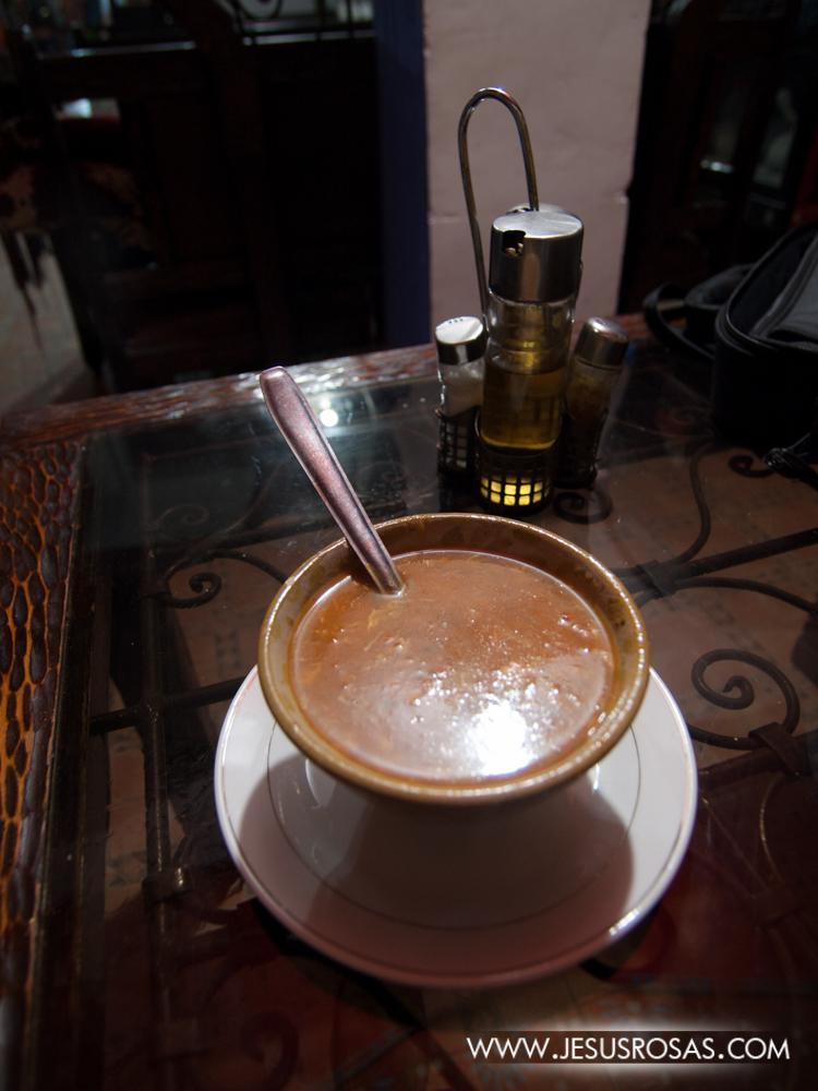 Hablando de sopas, otro platillo popular en Marruecos es la harira. Esta sopa es un poco más fuerte que la bessara. La harira está hecha principalmente a base de tomate con una variedad de ingredientes según el lugar. Los ingredientes pueden ser garbanzos, lentejas, habas, pasta, etc. y con condimentos como gengibre, paprika, azafrán (turmérico), comino, nuez moscada y otros.