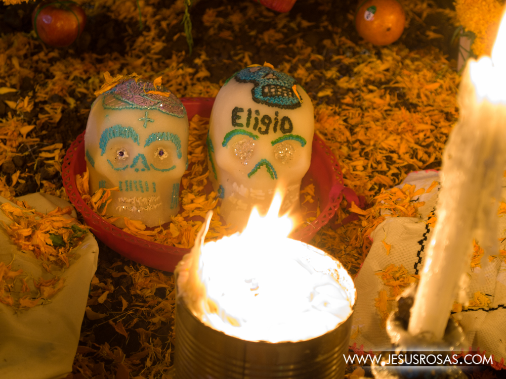 Como parte de las ofrendas no faltan las calaveritas de azúcar decoradas e incluso con la inscripción de algún nombre de aquellos que ya partieron.