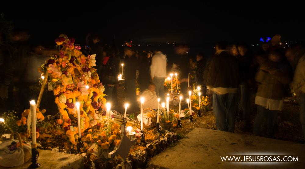 Cada año en Janitzio el panteón se llena de gente local, turistas nacionales y extranjeros. A las primeras horas de abierto el panteón en la noche es casi imposible caminar por la cantidad de gente que quiere entrar.