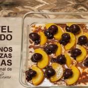 Pastel helado con duraznos y cerezas negras al estilo Jesús Rosas.