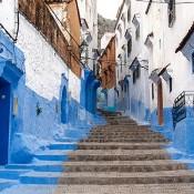 Casas blancas y azules en Chefchaouen, Marruecos, África.