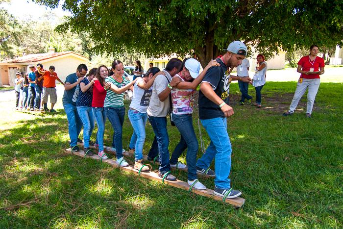 Caminata de compañerismo sobre tablas de madera