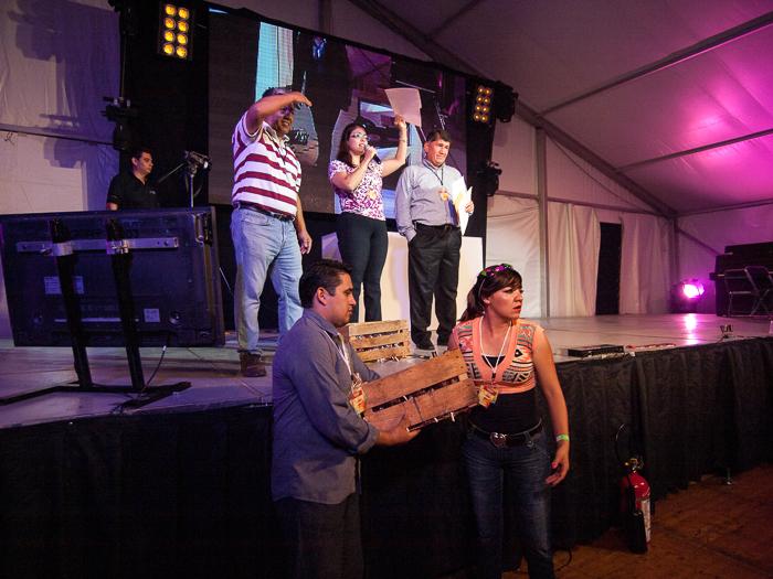 La premiación de los ganadores del rally en el baile