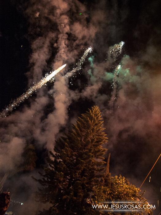 Además del castillo no faltaron fuegos artificiales en el cielo de la noche