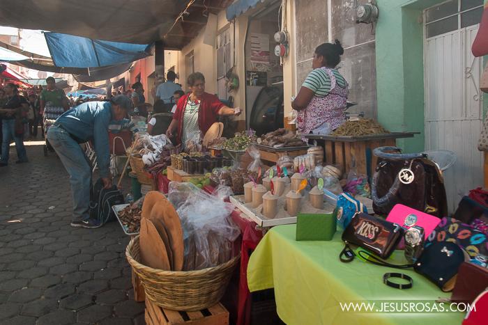 Las calles repletas de comerciantes vendiendo comida principalmente y algunos juguetes, artesanías u otros prouctos.