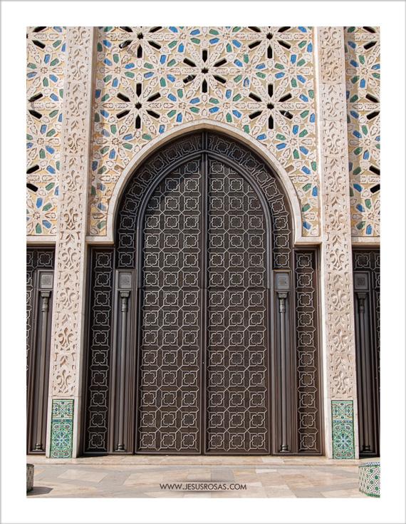 More doors and look at the mosaics on the walls. Even those small ones in emerald color on each column. | Más puertas y miren los mosaicos en las paredes. Aún esos pequeños de color esmeralda al pie de cada columna.