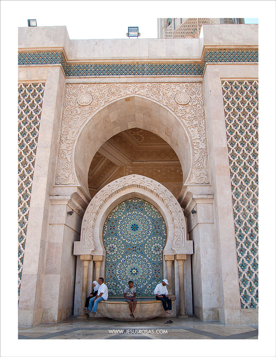 Hassan II Mosque also features 41 marble fountains around the courtyard and gardens. | La Mezquita Hassan II también ostenta 41 fuentes de mármol alrededor de la explanada y los jardines.