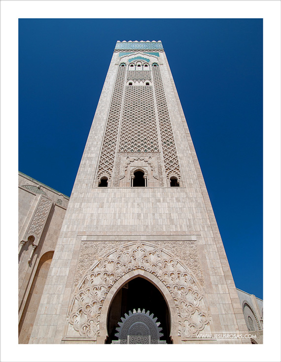 This is the mosque's minaret. It holds the Guinness record for the tallest minaret in the world measuring 200 m (656 ft). | Este es el minarete de la mezquita y tiene el récord Guinness del minarete más alto del mundo. Mide 200 metros (656 pies).