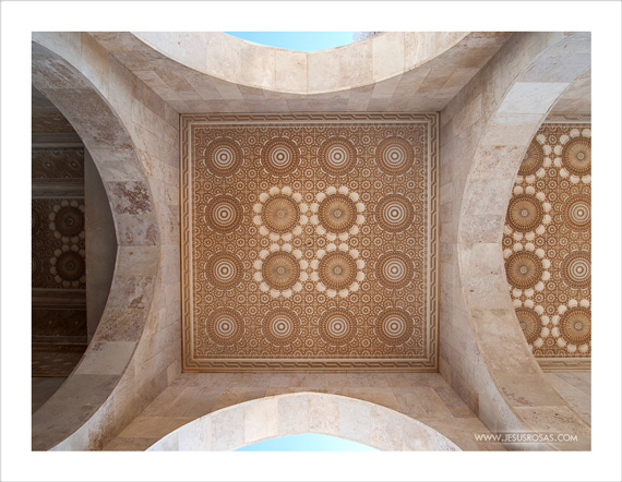 Even the ceilings of each structure I saw had something interesting to look at as these geometric patterns. | Aun los techos de cada estructura que vi tenían algo interesante que admirar como el caso de estas formas geométricas.