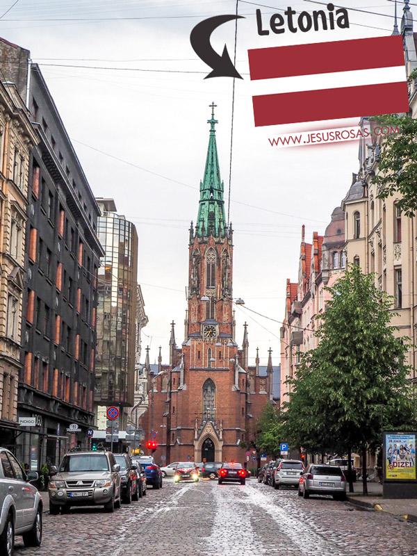 Tenía curiosidad acerca de Riga, Letonia desde el 2009 cuando hice una escala de Tel-Aviv a Viena. No pude salir del aeropuerto y explorar en el momento. Me tomaron nueve años para regresar y visitar. Aquí es donde compré mi nueva cámara Olympus. En la imagen se puede ver la St. Gertrude Old Church (Iglesia antigua de St Gertrude). Es una iglesia luterana de estilo neo-gótico.